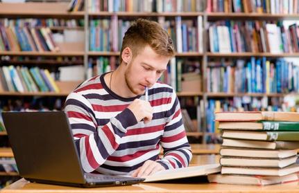 Student beim Lernen in der Bibliothek © Ermolaev Alexandr / fotolia