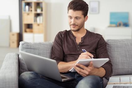 Student beim Lernen am Laptop © contrastwerkstatt / fotolia