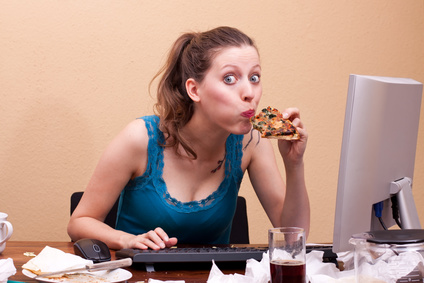 Studentin isst Pizza beim Lernen © Miriam Dörr / fotolia